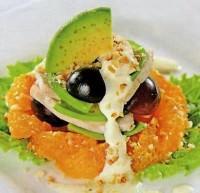Салат с курицей, авокадо и виноградом