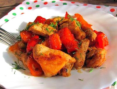 Курица тушеная с цуккини и перцем