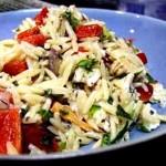 Салат из риса с помидорами и курицей