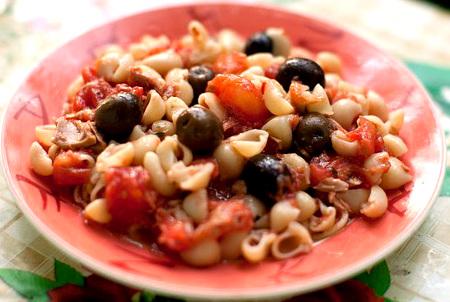 Спагетти с оливками и тунцом