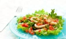 Сытный салат из консервированных кальмаров