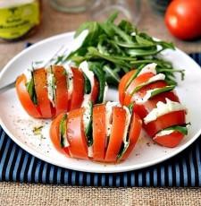 Необычный салат Капрезе в помидоре фото