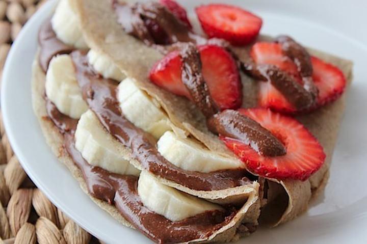 Овсяные блины с шоколадом, бананами и клубникой фото