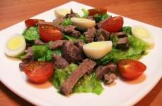 Салат с говядиной, помидорами и яйцами фото