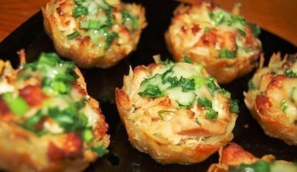 Тарталетки из картофеля с куриным филе под чесночно-сырным соусом фото