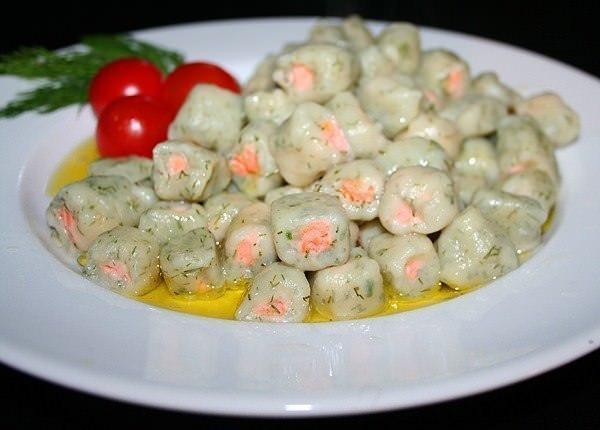 Картофельные клёцки с форелью и укропом фото
