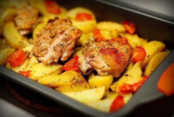 Курица маринованная в кефире, запеченная с картофелем с травами и чесноком фото