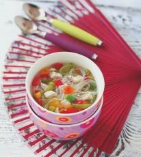 Куриный суп с рисовой лапшой и овощами фото