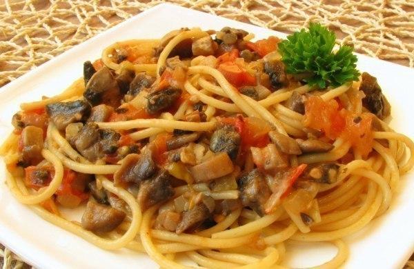 Спагетти с овощами и соевым соусом фото