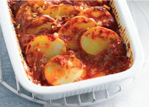 Запеченные помидоры, картофель и чили