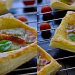 Мини-пиццы из слоеного теста с овощами и беконом