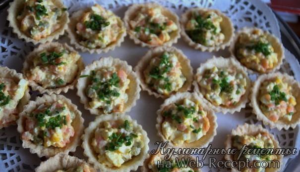 Бутерброды с яйцом, лососем и креветками фото