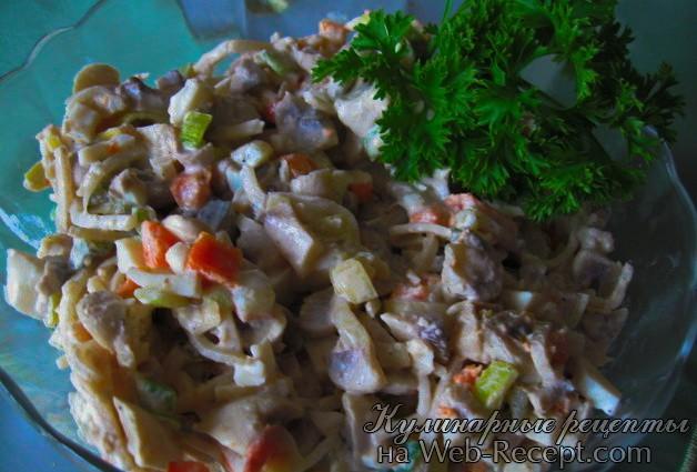 Грибной салат с луком-пореем фото