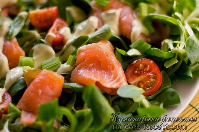 Салат с копченым лососем, помидорами черри под горчичным соусом фото