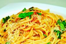 Спагетти с томатным соусом фото