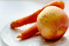 Салат с морковью, яблоком и бананом фото
