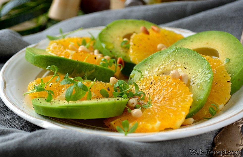 Зеленый салат с авокадо и апельсинами фото