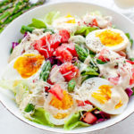 Салат со спаржей, яйцом и соусом Цезарь