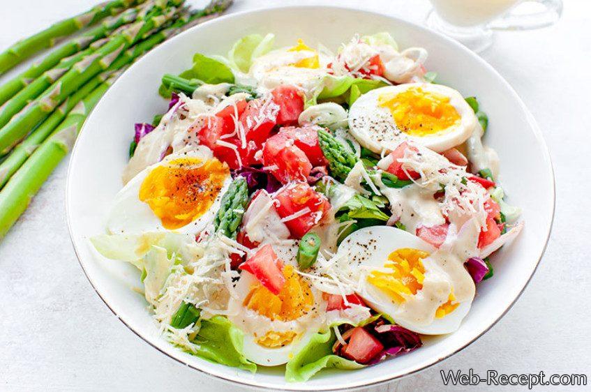 Салат со спаржей, яйцом и соусом Цезарь рецепт